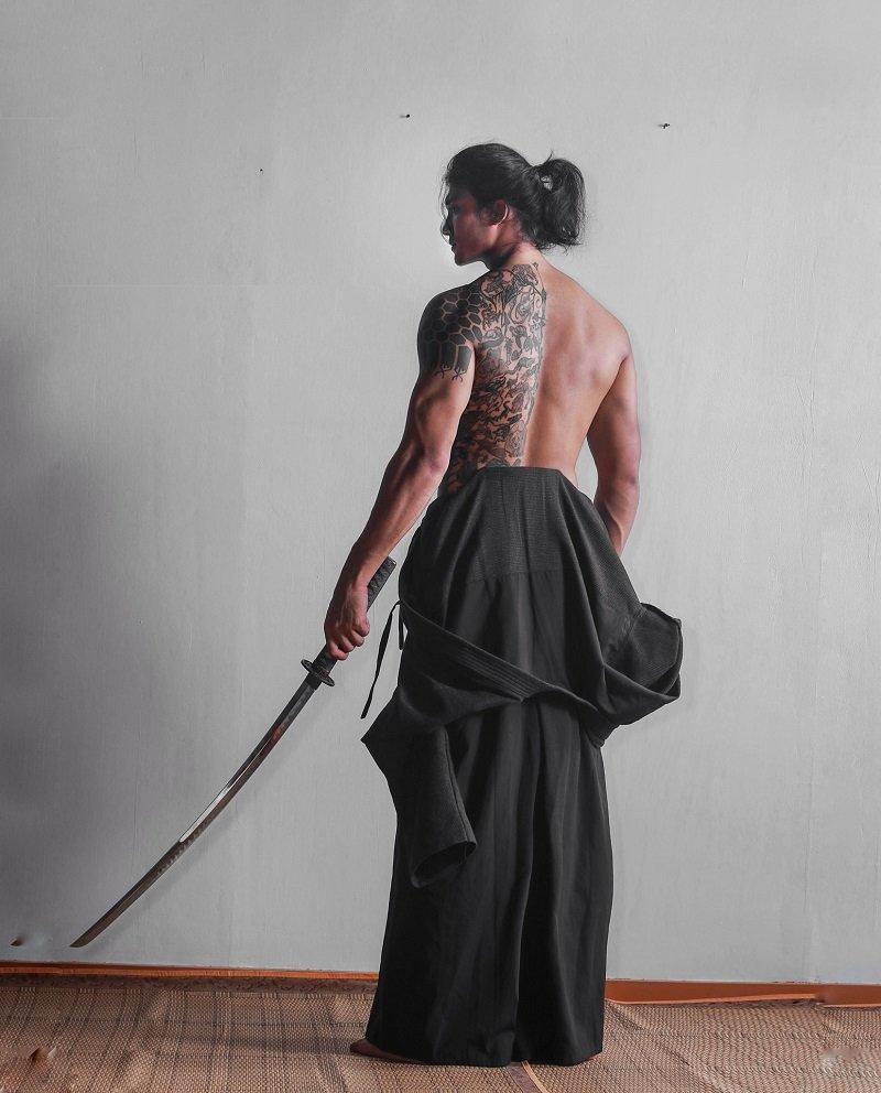 Paing Takhon thu hút nhiều fan nữ Nhờ sở hữu chiều cao 1,88m và cơ bụng 6 múi.