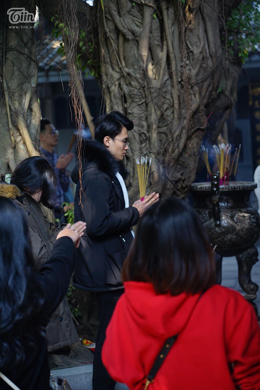 Nhóm bạn trẻ cùng đến dâng lên những lời nguyện ước về tình duyên, cầu bình an trong ngày mùng 1 cuối cùng của năm 2020 Âm lịch.
