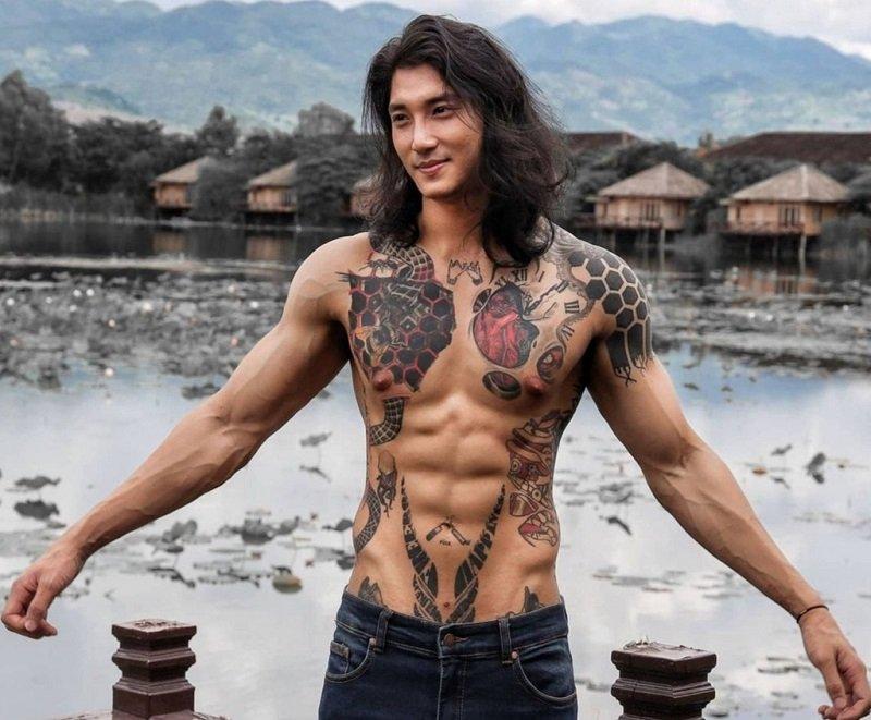 Nam người mẫu xăm trổ được ví như Aquaman.