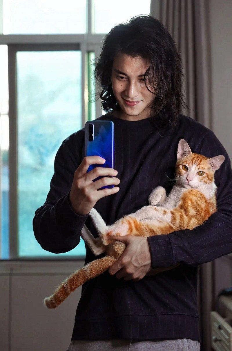 Người mẫu 24 tuổi cũng rất yêu thích động vật. Anh thường xuyên chia sẻ những khoảnh khắc của mình bên các loài chó mèo hay chim chóc.